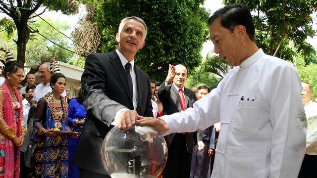 Dre Schweizer Aussenminister Didier Burkhalter (links) und der burmesische Finanzminister Win Shein