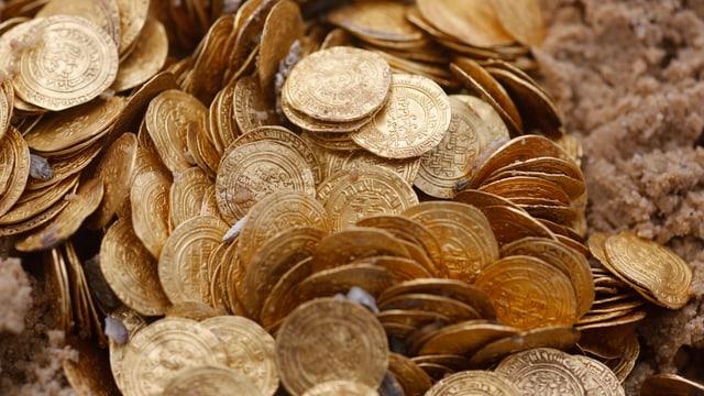 Antike Goldmünzen im Sand