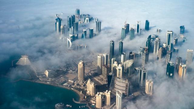 Luftaufnahme der hauptstadt Doha mit seinen Wolkenkratzern im Nebel. (keystone)