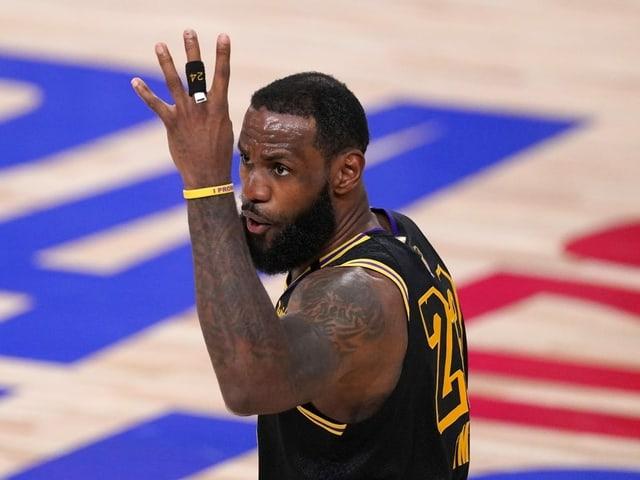 LeBron James streckt vier Finger hoch.