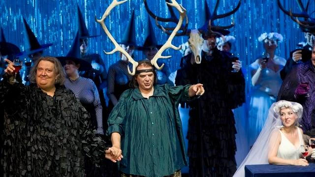 Alexander Pereira gibt bei seinem Abschied im Zürcher Opernhaus den Falstaff und trägt ein Hirschgeweih.