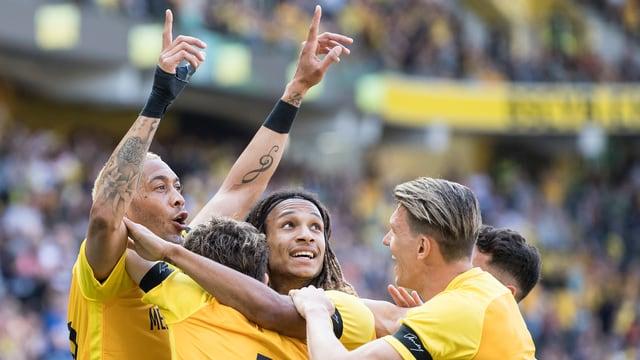 Giugaders da Young Boys sa legran suenter lur emprim gol.