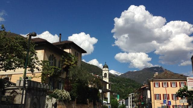 Das Dorf Minusio. Blauer Himmel mit grauen Quellwolken.