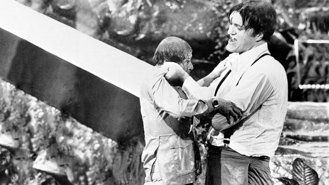 Standbild aus dem Bond-Film von 1977: Der Beisser nimmt 007 in die Mangel.