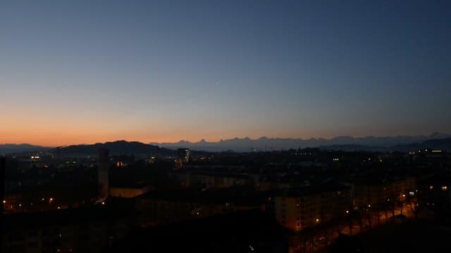 Blick von Bern in Richtung wolkenlos Alpen.