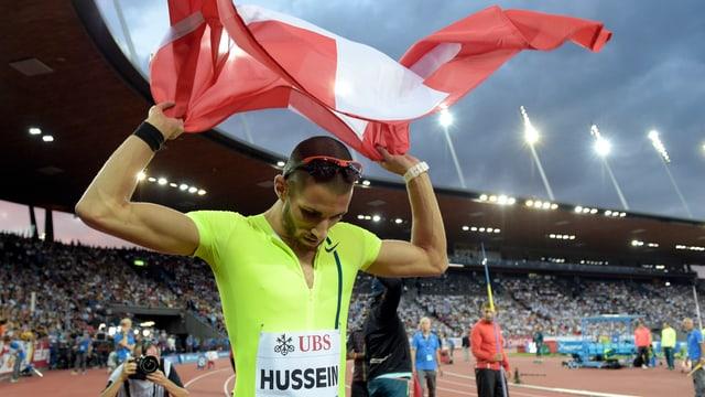 Kariem Hussein mit der Schweizer Flagge über dem Kopf.