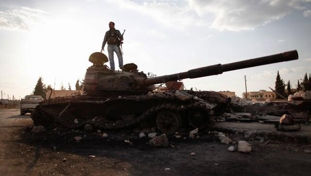 Ein Aufständischer auf einem Panzer in Sabadani