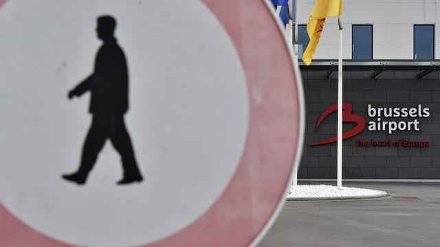Ein Fussgänger-Verbotsschild vor einer Anzeige «Brussels Airport, the Heart of Europe».