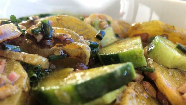 Grüner Kartoffelsalat mit Kürbiskern-Öl und Salatgurke.