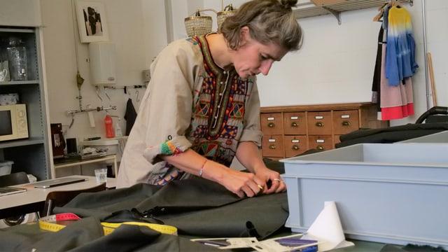 Sabine Portenier arbeitet an einem Kleid.