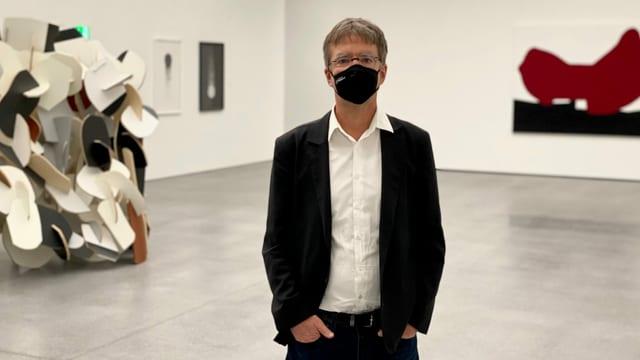 Il directur dil museum d'art Stephan Kunz en la nova exposiziun.