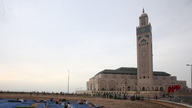 Menschen versammeln sich vor der Hassan II Moschee in Casablanca