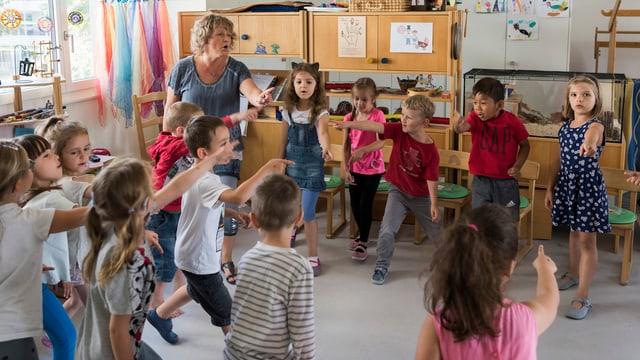 Kinder im Kreis im Kindergarten.