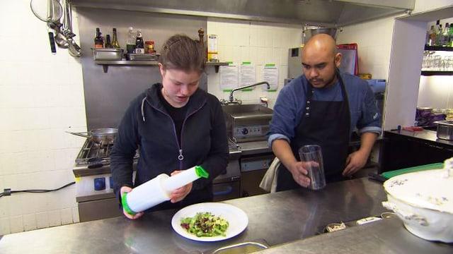 Video «Philomena und Azmi arbeiten in einem besonderen Restaurant» abspielen