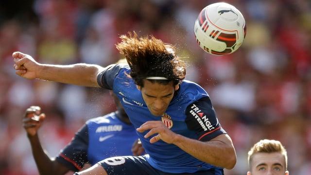 Radamel Falcao beim Kopfball.