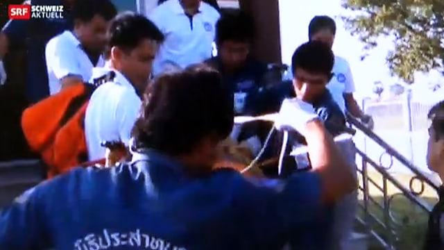 Der Mann wird kurz nach seiner Festnahme durch die thailändische Justiz aus seinem Haus abtransportiert.