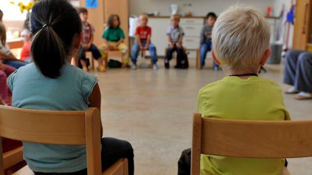 Schulkinder im Kreis