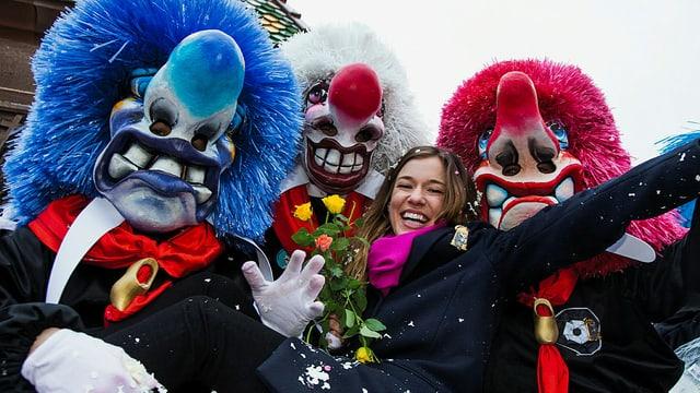 Moderatorin Eva Nidecker mit Waggis am Cortège der Basler Fasnacht 2016