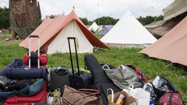 Ein Spatzzelt und viel Gepäck auf einem Sommerlager-Platz.