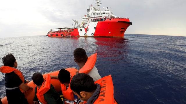 Rettungsschiff der Organisation «Save The Children» birgt Schlauchboot-Flüchtlinge in italienischen Gewässern.