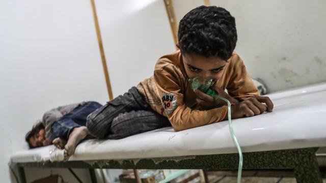 Kinder werden nach einem Giftgasangriff behandelt