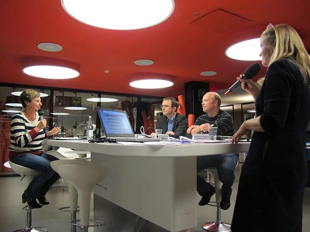 Moderatorin Christine Hubacher mit drei Gästen an einem grossen Tisch im Radiostudio Zürich.