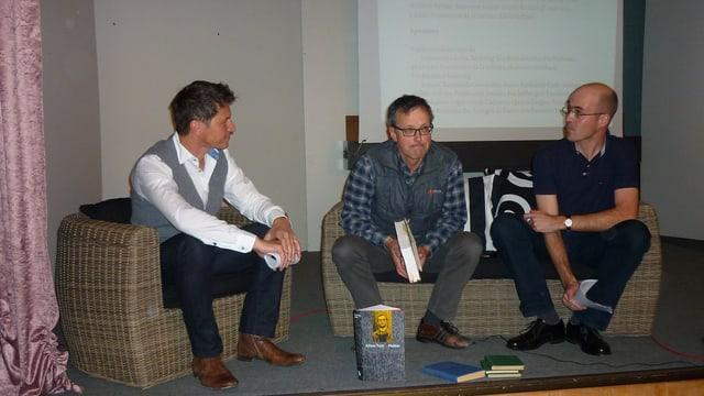 Il moderatur Otmar Seiler cun Leo Tuor e Renzo Caduff (da senester)