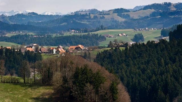 Die Landschaft im Emmental mit mehreren, kleinen Weilern.