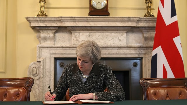 Historisches Dokument: Premierministerin Theresa May setzt die Unterschrift unter den Brexit-Antrag.