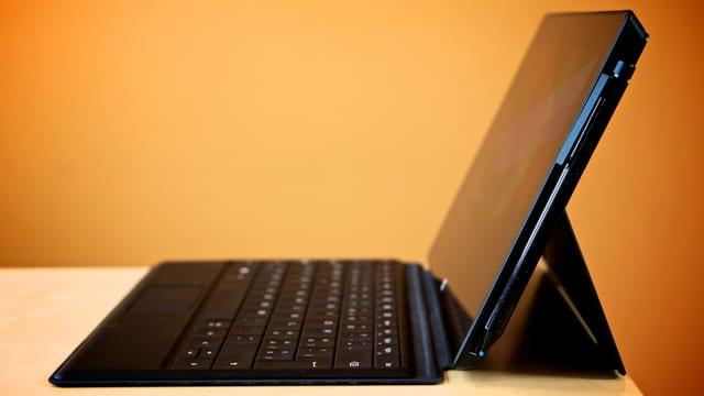 Das Surface Pro mit Tastatur von der Seite.
