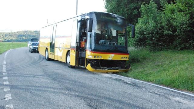 Postauto steht am Strassenrand, davor Ölflecken mit weissem Bindemittel auf dem Asphalt.