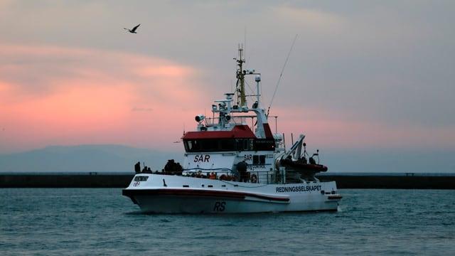 Rettungsschiff auf See.