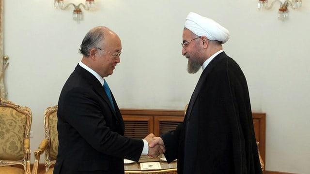 Yukiya Amano und Hassan Ruhani geben sich die Hand