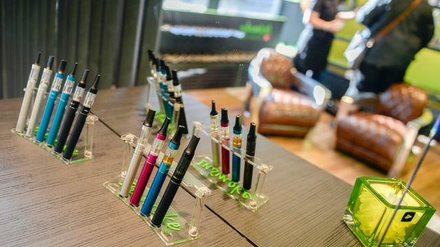 E-Zigaretten in einem Ständer auf einem Tisch