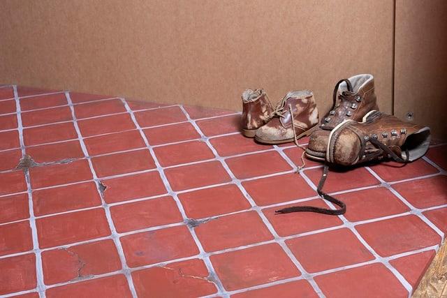 La scenografa Karin Bucher da l'exposiziun «Emblidadas da la ventira» en il Museum retic ha creà culissas da chartun cun gronda premura.