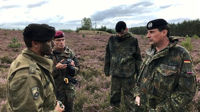 Vier Soldaten im Gespräch