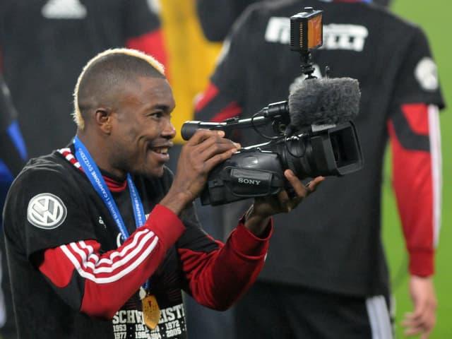Serey Die filmt mit einer Kamera die Meisterfeier.