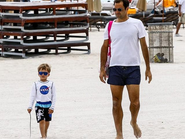 Roger Federer mit einem seiner Söhne.