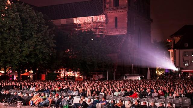 Publikum während der Filmvorführung auf dem Basler Münsterplatz.