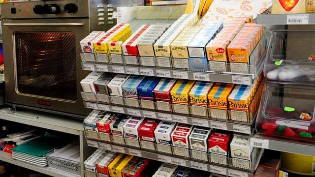 Verkaufsauslage mit Zigaretten in einem Dorfladen