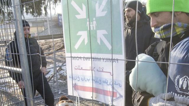 Flüchtlinge vor einem Zaun, Grenzübergang zu Österreich