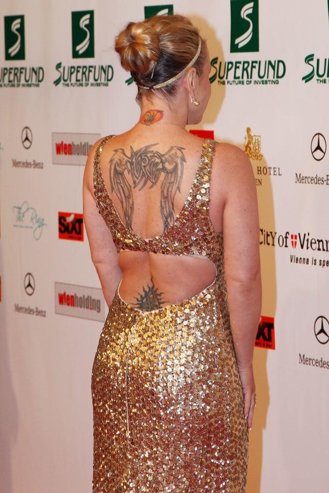 Anastacia von hinten mit Tattoos