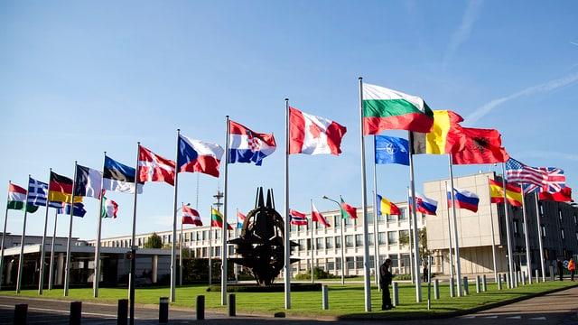 Nato-Hauptquartier in Brüssel, im Vordergrund sind die Fahnen der Mitgliedsstaaten.