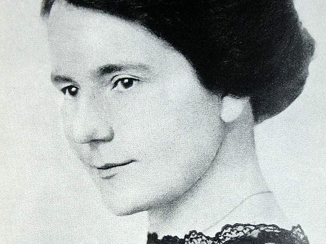 Eine junge Frau mit schwarzer Bluse.
