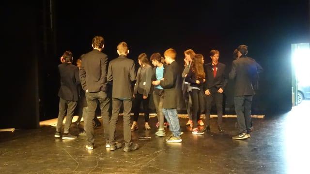 Ils scolars da l'emprim stgalim superiur da Vella sa preparan per lur toc da teater.