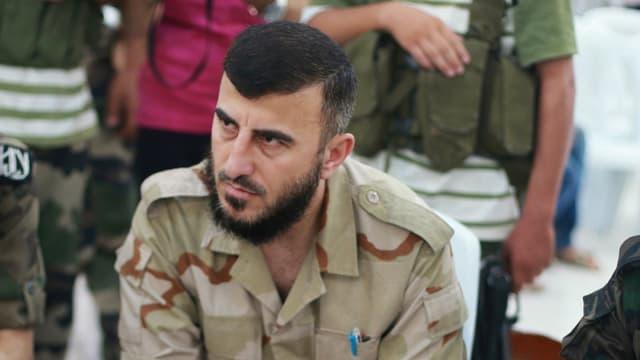 Zahran Allousch in Militärtarnanzug.