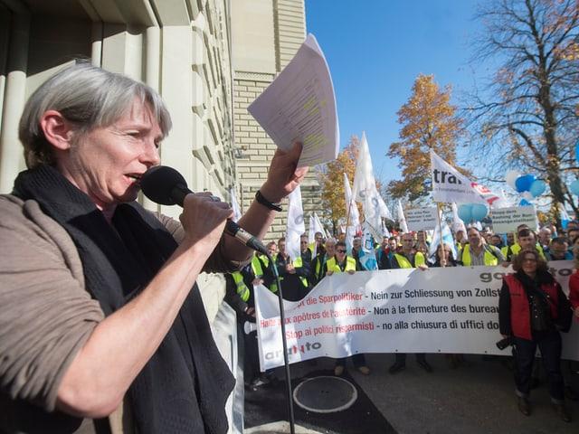 Dore Heim bei der Übergabe einer Petition vor dem Bundeshaus