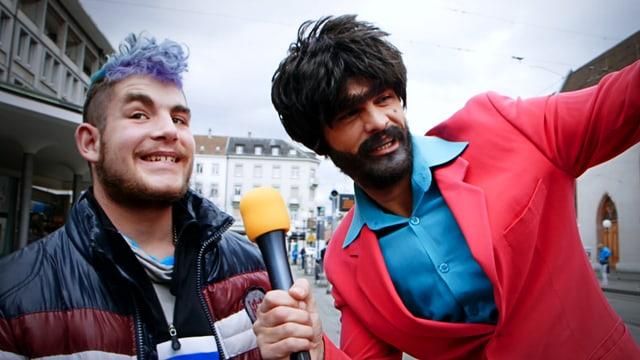 Müslüm mit Interviewpartner, der blau getönte Haare hat.