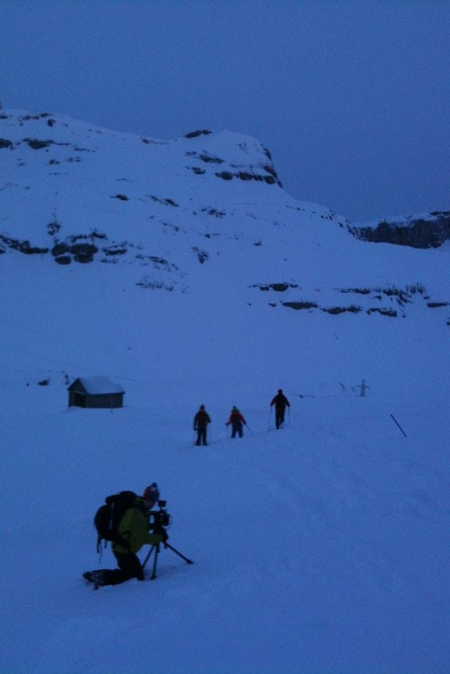 Frühmorgens machen sich die Schneewanderer wieder auf den Weg.