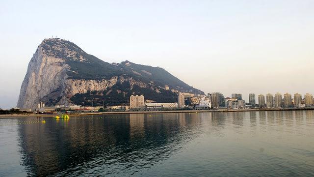 Der Felsen Gibraltar vom Meer aus gesehen.